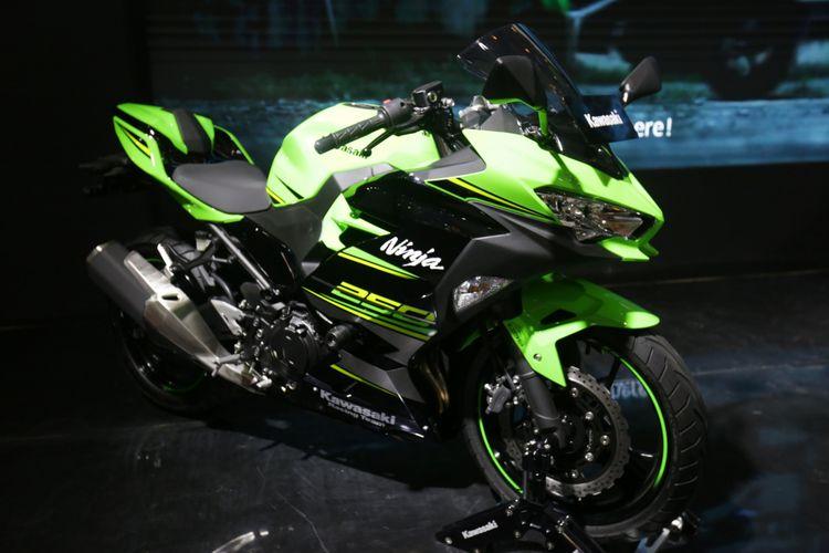 Kawasaki Ninja 250cc 2019 dipamerkan di acara pameran Indonesia Motorcycle Show (IMOS) 2018 di Jakarta Convention Centre, Jakarta, Kamis (1/11/2018). Pameran sepeda motor terbesar di Indonesia ini menghadirkan motor-motor keluaran baru dari berbagai merek, dan akan berlangsung hingga 4 November 2018.