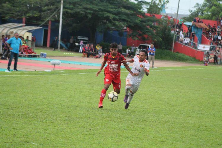 Pemain Aceh United berebut bola dengan pemain Semen Padang