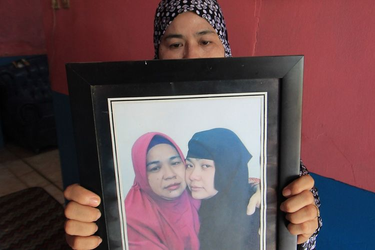 Iti Sartini (52) menunjukkan foto anaknya Tuti Tursilawati yang dihukum mati di Arab Saudi di kediamannya di Desa Cikeusik, Majalengka, Jawa Barat, Jumat (2/11/2018). Tuti dinyatakan bersalah oleh pengadilan Arab Saudi karena kasus pembunuhan dan telah dieksekusi mati pada Senin (29/10) lalu. ANTARA FOTO/Dedhez Anggara/wsj.