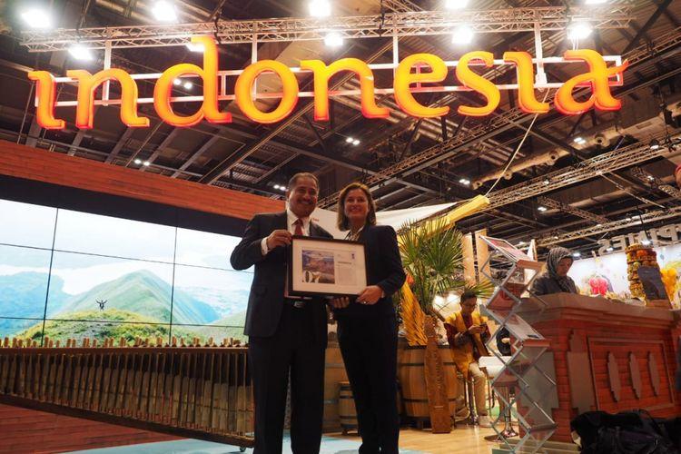 Menteri Pariwisata Arief Yahya menerima penghargaan Indonesia sebagai Top 10 Negara Terbaik Untuk Dikunjungi Tahun 2019 dari Lonely Planet, di booth Wonderful Indonesia saat World Travel Market (WTM) 2018 London, Selasa (6/11/2018).