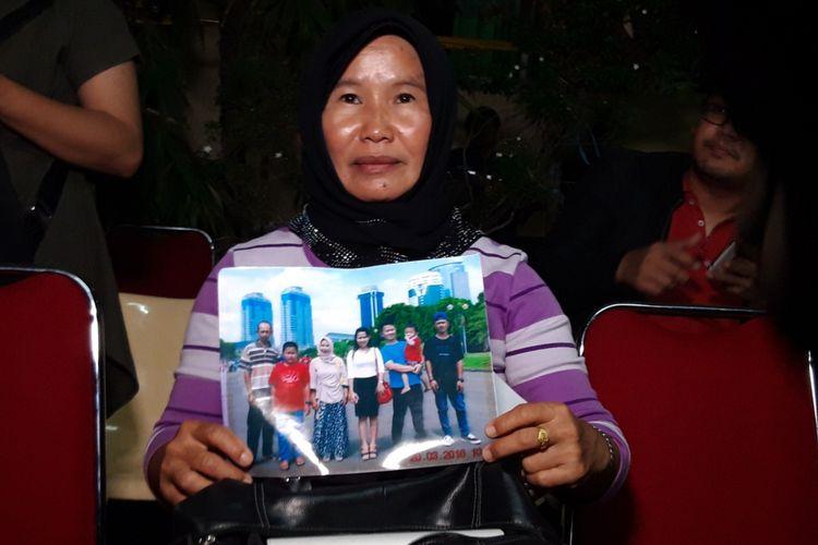 Ida Riyani, saat menunjukkan foto bersama anak, menantu, dan cucunya yang jadi korban pesawat Lion Air JT 610 registrasi PK LQP, di RS Polri, Kramatjati, Jakarta Timur, Rabu (7/11/2018)