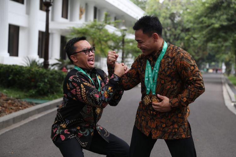 Menteri Pemuda dan Olahraga RI Imam Nahrawi (kiri) berpose dengan atlet angkat besi Eko Yuli Irawan, di Istana Negara, Jakarta, Kamis (8/11/2018). (Foto: Kemenpora RI)