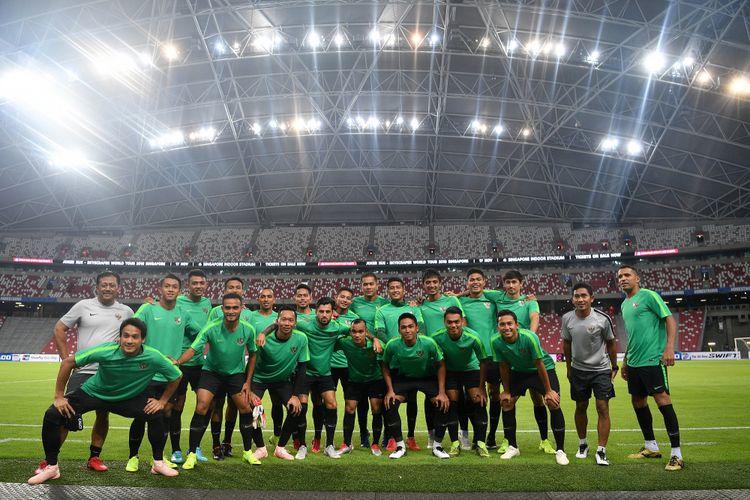Para pemain timnas Indonesia beserta ofisial berfoto bersama sebelum berlatih di Stadion Nasional, Singapura, Kamis (8/11/2018). Timnas Indonesia akan menjalani laga perdana penyisihan grub B Piala AFF 2018 melawan timnas Singapura di Stadion Nasional, Singapura pada Jumat 9 November 2018.