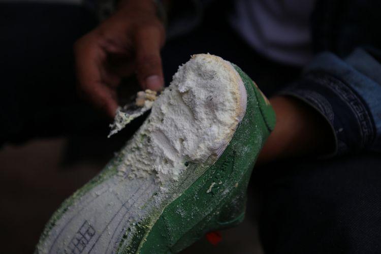 Bagian tapak pada sneakers Nike Air Max 90 Homegrown dibersihkan dari sisa-sisa midsole yang telah dilepaskan.