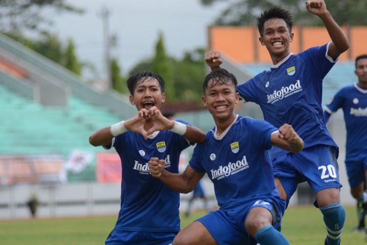 Pemain Persib Bandung Beckham Putra Nugraha (gestur love) merayakan gol ke bawang Persija Jakarta bersama rekan-rekannya dalam laga perdana Grup A babak 8 besar Liga 1 U-19 antara Persib kontra Persija di Stadion Moch. Soebroto, Kota Magelang, Rabu (7/11/2018).