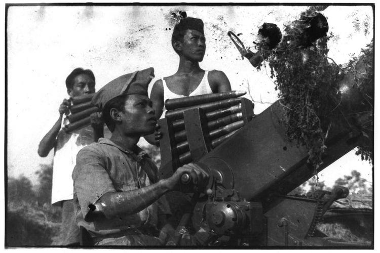 60 Tahun Indonesia Merdeka Dalam Foto Surabaya, November 1945.Pasukan anti-udara Tentara Keamanan Rakyat bersiaga dalam pertempuran melawan tentara Inggris. Veteran Perang Surabaya, Suharyo Hario Kecik Padmodiwiryo, mengenang: Meriam penangkis serangan udara, meriam lapangan, meriam berat pantai, dan mitraliur antipesawat kaliber 2 cm ditangani oleh bekas Heiho (prajurit pembantu Jepang) yang tahu cara menggunakannya dan para pemuda. Meskipun demikian, lapangan terbang Morokrembangan sedikit banyak bisa kami ganggu. Anak-anak bagian meriam dicela karena tidak  mampu mengenai sasaran di pelabuhan. Tembakan mereka kebacut (terlewat) hingga mengenai daerah pertahanan PRI kota Kamal di Pulau Madura. Dalam keadaan perang pun kebiasaan bergurau dan berolok-olok dari arek Suroboyo tetap saja hidup
