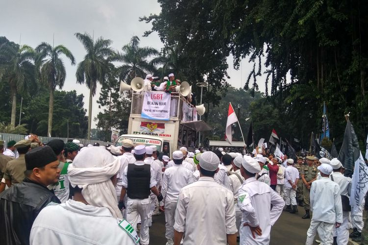 Sejumlah massa melakukan aksi unjuk rasa penolakan LGBT (Lesbian Gay Biseks Transgender) di halaman Balai Kota Bogor, Jumat (9/11/2018).