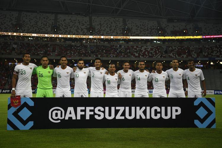 Timnas Indonesia melakukan sesi foto sebelum melawan timnas Singapura dalam penyisihan grub B Piala AFF 2018 di Stadion Nasional Singapura, Jumat (9/11/2018).