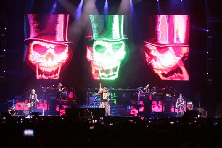 Guns N Roses beraksi pada konsernya yang bertajuk Not In This Lifetime di Gelora Bung Karno, Jakarta, Kamis (8/11/2018). Pada konser tersebut Guns N Roses membawakan sejumlah lagu andalannya diantaranya Welcome to The Jungle, Sweet Child O Mine dan lain-lain.