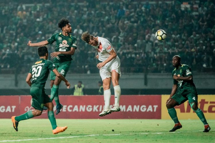 Sundulan Fandry Imbiri yang berbuah gol mengantarkan Persebaya menang 3-0 melawan PSM Makassar di Stadion Gelora Bung Tomo, Surabaya, Sabtu (10/11/2018).
