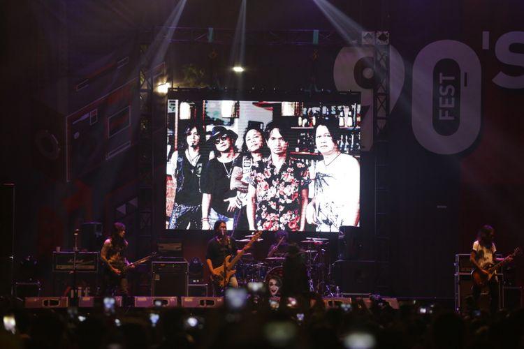Penampilan Rif saat di acara The 90s Festival di Gambir Expo Kemayoran, Jakarta, Sabtu (10/11/2018). Festival musik ini menghadirkan sejumlah band yang eksis pada tahun 90an diantaranya Padi, Sheila On 7, Rif, Wayang dan lain-lain.
