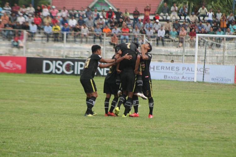 Pemain Semen Padang melakukan selebrasi usai cetak gol ke gaeang Aceh United pada pertandingan keempat babak delapan besar grup A Liga 2 Indonesia di Stadion Cot Gapu Bireun, Minggu (10/11/2018)