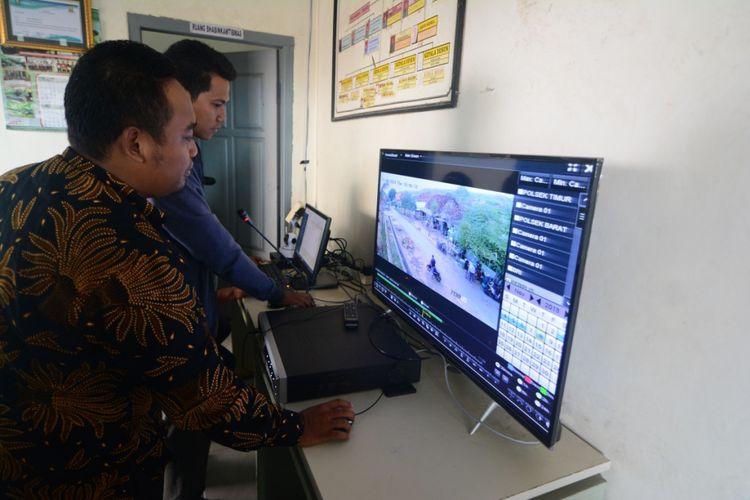 Kepala Desa Waru Barat, Kecamatan Waru, Kabupaten Pamekasan, Abdussalam Ramli memantau kondisi desanya melalui layar televisi. Di desa ini terpasang 32 kamera dan pengeras suara untuk bisa berkomunikasi dengan warga.