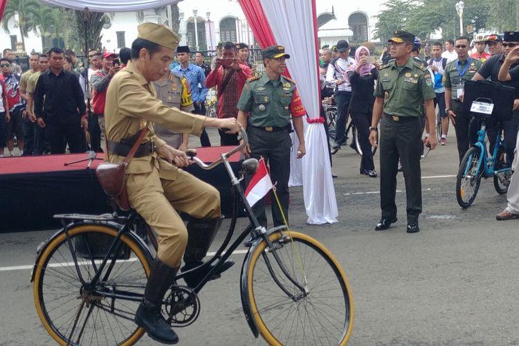 Gaya Presiden Jokowi ketika melakukan gowes untuk memperingati Hari Pahlawan di Bndung, 10 Noveber 2018.