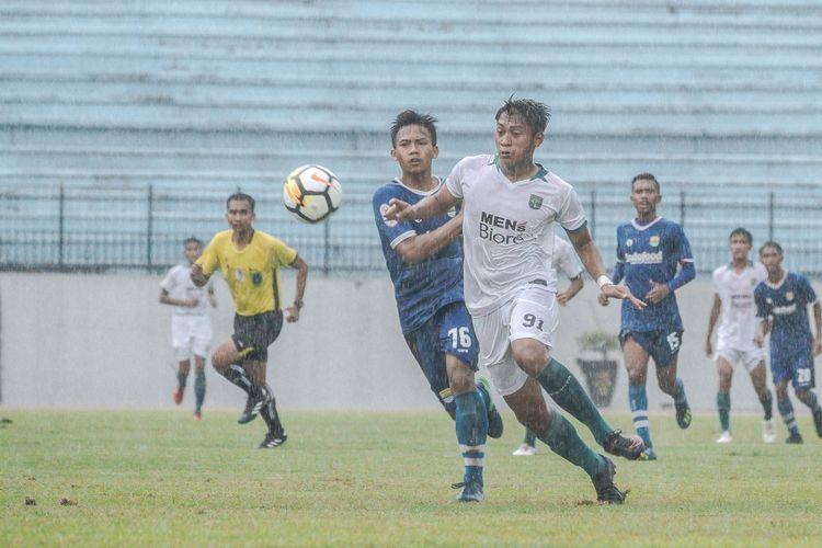 Pemain Persebaya U-19 dan Persib U-19 berduel dalam laga kedua babak delapan besar Liga 1 U-19 di Stadion Moch Soebroto, Magelang, Jawa Tengah, Jumat (9/11/2018).