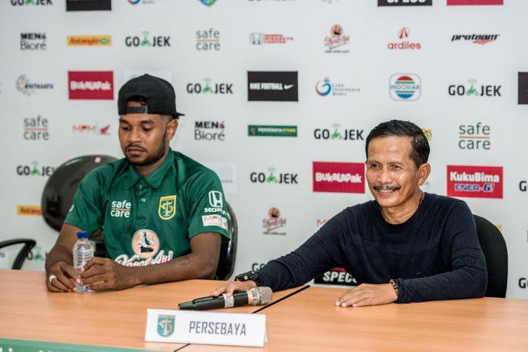 Pelatih Persebaya Surabaya, Djajang Nurdjaman bersama Fandry Imbiri dalam konferensi pers usai laga Persebaya kontra PSM Makassar di Stadion Gelora Bung Tomo, Surabaya, Sabtu (10/11/2018).