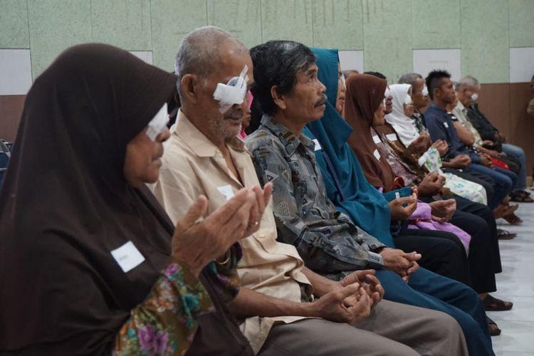 100 pasien yang berasal dari Provinsi Kalimantan Barat melakukan operasi katarak secara gratis di Rumah Sakit Universitas Tanjungpura, Pontianak, Kamis (15/11/2018).
