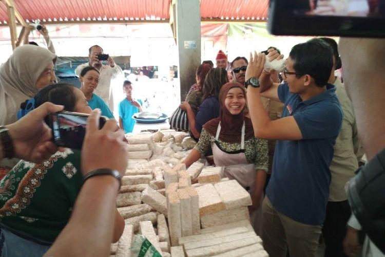 Calon wakil presiden nomor urut 2 Sandiaga Uno memperagakan tempe gembus yang mirip teropong di Pasar Rejowinangun Kota Magelang, Sabtu (17/11/2018).