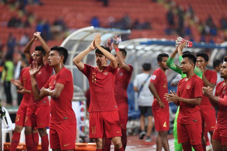 Sejumlah pesepak bola Indonesia memberikan salam usai pertandingan melawan Thailand dalam laga lanjutan Piala AFF 2018 di Stadion Nasional Rajamangala, Bangkok, Thailand, Sabtu (17/11/2018). Indonesia dikalahkan tuan rumah Thailand dengan skor 4-2.