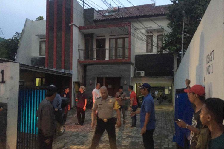 Seorang perempuan ditemukan tewas di salah satu kamar kos yang berada di Mampang Prapatan 8, Jakarta Selatan, Selasa (20/11/2018).