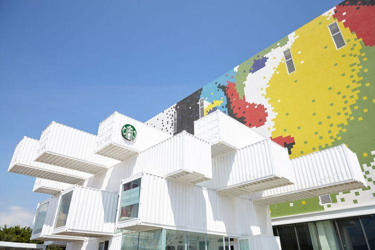 Kafe dari kontainer ini dirancang oleh arsitek Jepang, Kengo Kuma