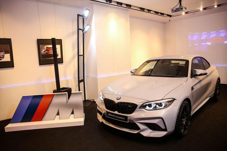 Mobil All New BMW M2 Competition saat diresmikan pertama kalinya di Eurokars Galery, Plaza Indonesia, Jakarta, Sabtu (24/11/2018). BMW Indonesia akan menjual All New BMW M2 Competition di awal tahun 2019 dengan 2 pilihan transmisi, yaitu transmisi otomatis dan juga manual.