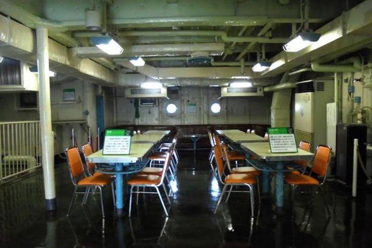 Penampakan kondisi kantin. Meja ditempelkan di lantai agar tahan terhadap guncangan keras, sedangkan di atas meja dilapisi kain basah untuk mencegah jatuhnya alat makan.