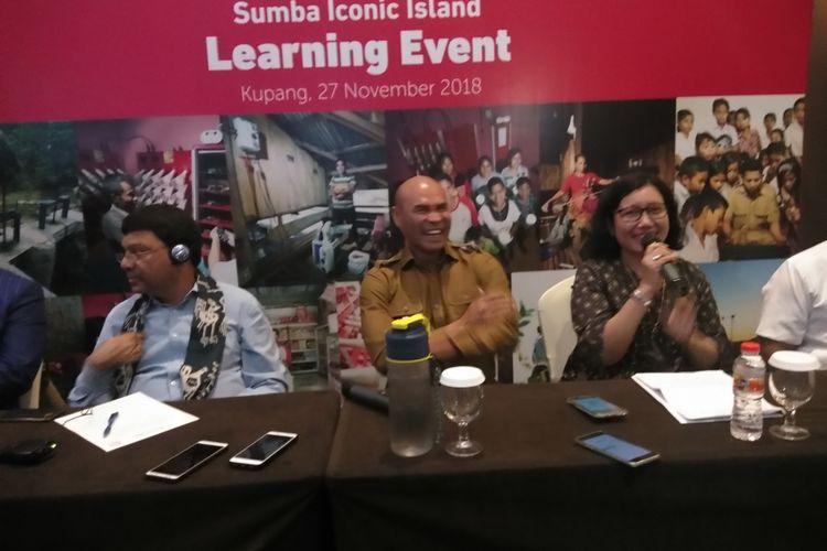 Gubernur NTT Viktor Bungtilu Laiskodat (tengah) saat memberikan keterangan pers kepada sejumlah wartawan di Hotel Aston Kupang, Selasa (27/11/2018)