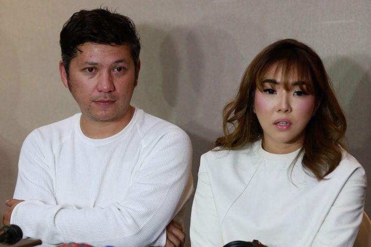 Artis peran Gading Marten dan sang istri, penyanyi Gisel Anastasia dalam jumpa pers di Veranda Hotel, Kebayoran Lama, Jakarta Selatan, Rabu (28/11/2018).