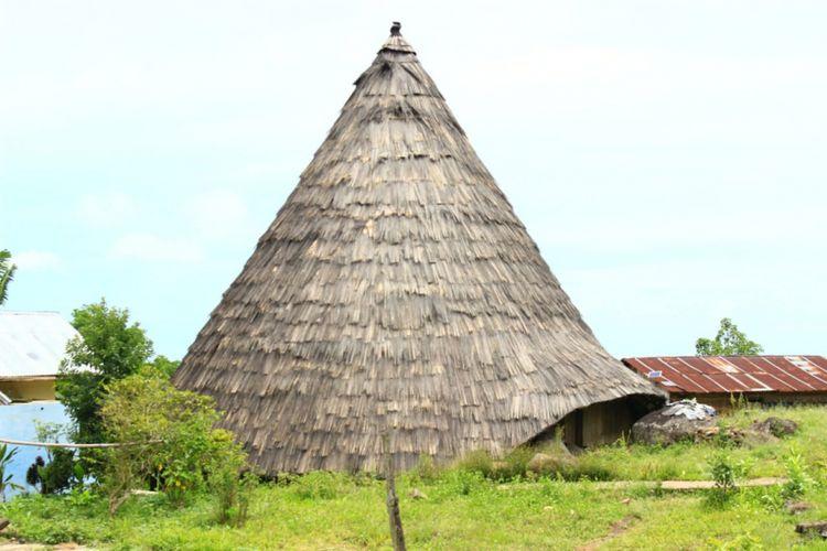 Suasana rumah adat Mbaru Niang atau Rumah Niang di Desa Adat Todo, Kecamatan Satarmese, Manggarai, Pulau Flores, NTT, Rabu (29/11/2018).