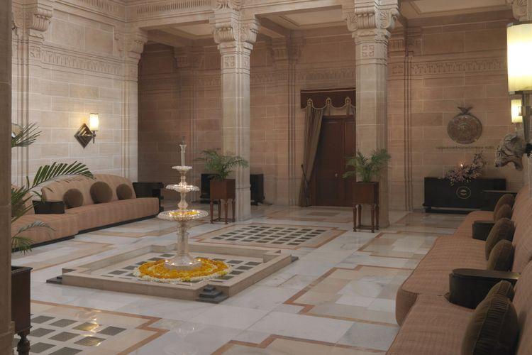 Selain ruang yang dijadikan hotel, properti ini juga dilengkapi dengan ruang perjamuan, ruang tahta raja, poerpustakaan, serta ballroom.