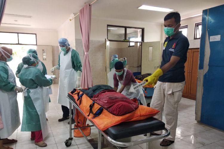 Petugas Polda Riau mengidentifikasi salah satu mayat yang ditemukan di perairan Selat Malaka di Kabupaten Bengkalis.