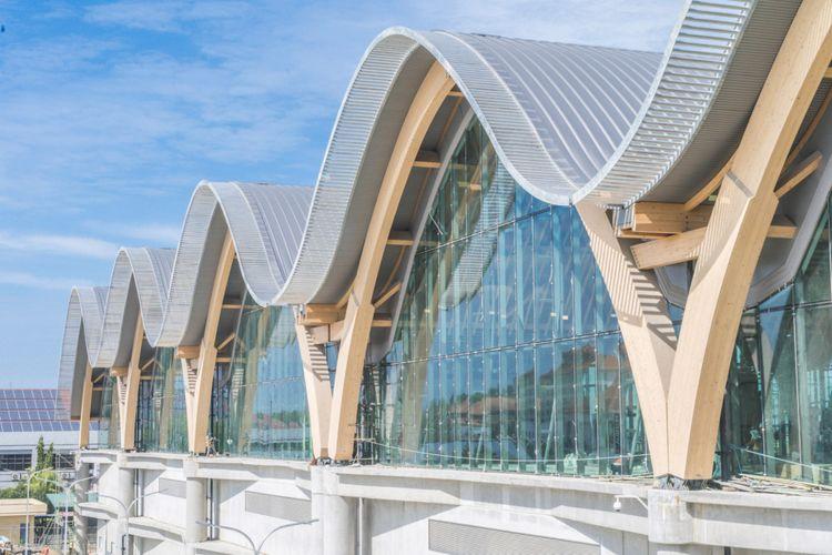 Bentuk atap yang melengkung terinspirasi dari pola ombak
