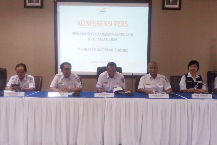 Direktur PT Kereta Api Indonesia (PT KAI), Edi Sukmoro (tengah) dalam konferensi pers di Jakarta Railway Center (JRC), Jakarta Pusat, Senin (3/12/2018).