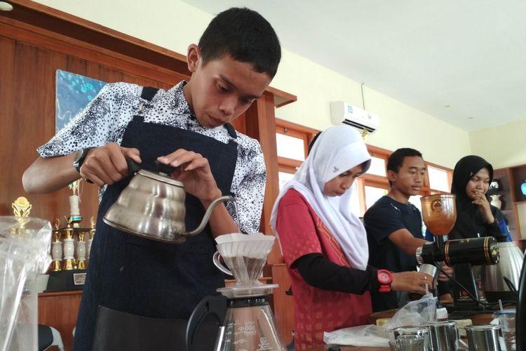 Siswa-siswa penyandang disabilitas intelektual berlatih menjadi barista kopi di BBRSPDI Kartini Temanggung belum lama ini.