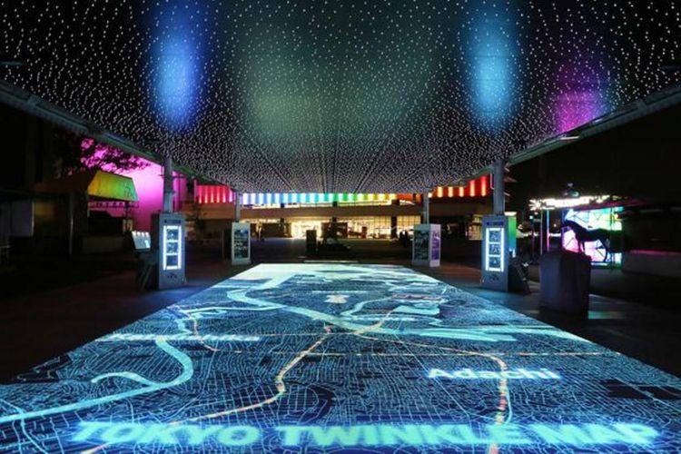"""""""TOKYO TWINKLE MAP"""" yang terletak di Entrance Zone, merupakan instalasi yang akan memunculkan tempat wisata terkenal di Tokyo bila pengunjung menyentuhkan pemandangan malam yang ada di ujung kaki, pemasangan mekanisme unik yang tidak biasa"""