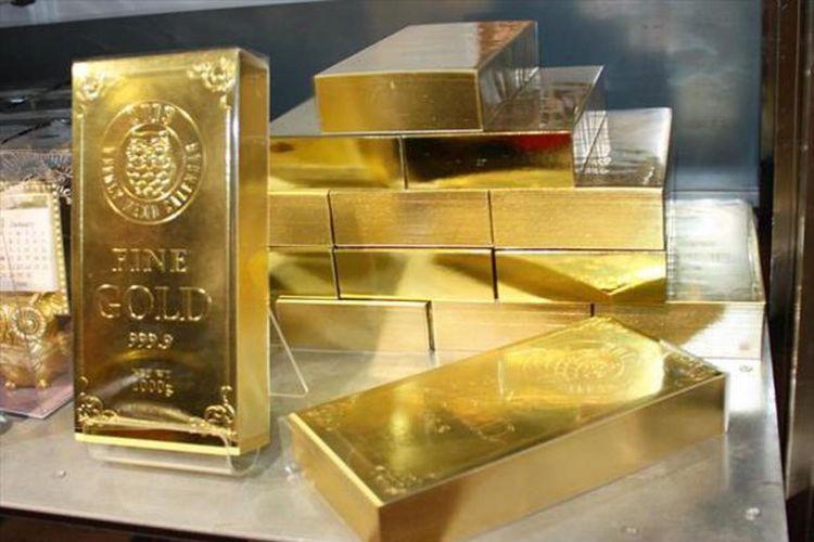 "Kalender emas ""Gold Bar"" dengan harga 1.080 yen yang disusun menyerupai tumpukan bongkahan emas pada display."