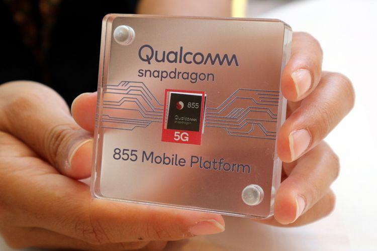 Chipset Snapdragon 855 5G (kotak hitam di tengah) diperkenalkan dalam Qualcomm Snapdragon Summit 2018 di Grand Wailea Resot, Maui, Hawaii, Selasa (4/12/2018) waktu setempat.