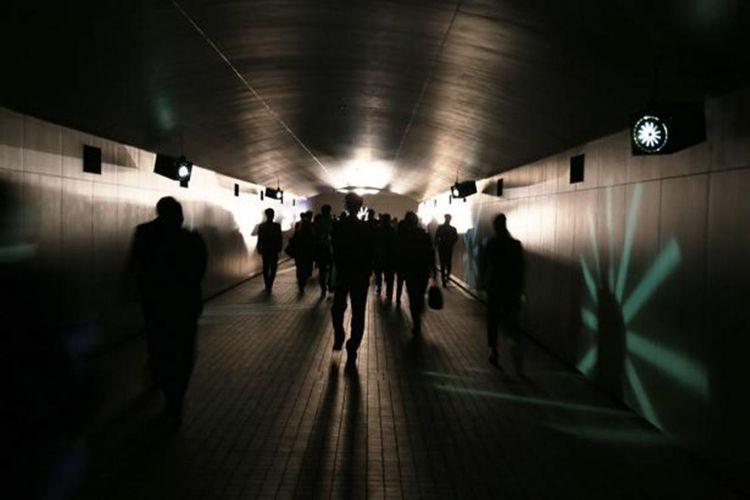 "Di ""TOKYO TIME TUNNEL ~YAMI~"" yang berupa terowongan ini mengajak kita untuk menjelajah ruang dan waktu. Di dalam sini terdengar bunyi jam tua yang bergema ini meningkatkan suasana perjalanan waktu."