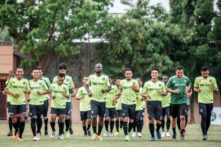Para pemain Persebaya Surabaya berlatih di lapangan Polda Jatim.
