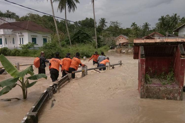 Luapan banjir merendam jembatan dan pemukiman di Bangka Barat.