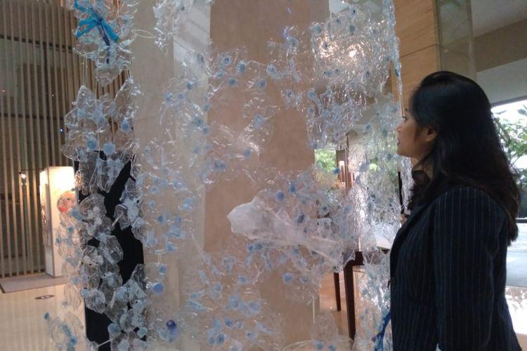 Menjelang perayaan Natal, Hilton Bandung menghiasi hotelnya dengan pohon Natal dari sampah botol plastik minuman kemasan.