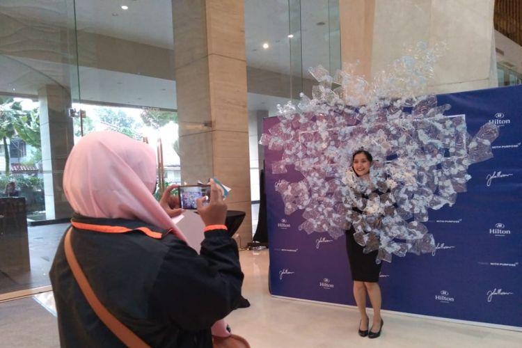 Menjelang perayaan Natal, Hilton Bandung menghiasi hotelnya dengan pohon Natal dari sampah botol plastik minuman kemasan. Selain itu, mereka menyiapkan photo booth untuk pengunjung.