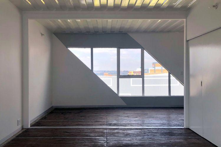Interior tiap unit dirancang minimalis. Sementara dindingnya dicat dengan warna putih
