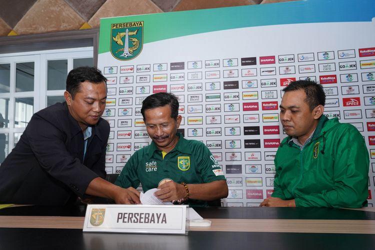 Coach Djajang Nurdjaman menandatangani perpanjangan kontrak didampingi Manajer Persebaya Surabaya, Candra Wahyudi.