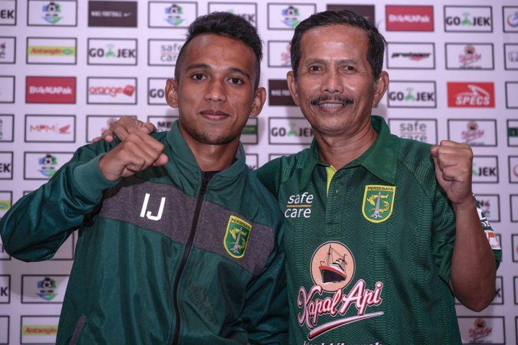 Pelatih Persebaya Surabaya, Djadjang Nurdjaman, bersama Irfan Jaya dalam sesi konferensi pers di Surabaya.