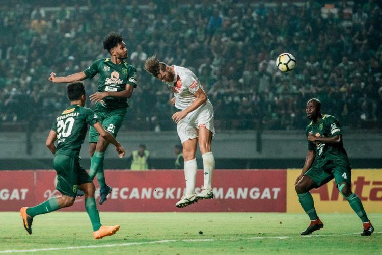 Bek Persebaya Surabaya, Fandry Imbiri, saat mencetak gol ke gawang PSM Makassar pada lanjutan Liga 1 di Stadion Gekora Bung Tomo, 10 November 2018.