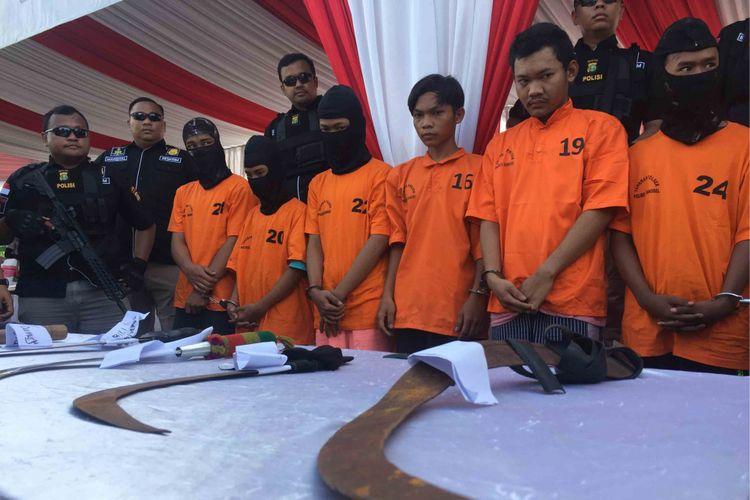 Sebanyak sembilan tersangka pelaku tawuran di Jalan Bintaro Utama III, Tangerang Selatan (Tangsel),  ditangkap aparat Kepolisian Tangsel, Selasa (2/12/2018) lalu. Tawuran yang melibatkan dua kelompok warga itu mengakibatkan seorang yang terlibat tawuran itu, Alan Sutadi (24), tewas. Tujuh  dari sembilan tersangka masih di bawah umur. Foto diambil Jumat (7/12/2018).