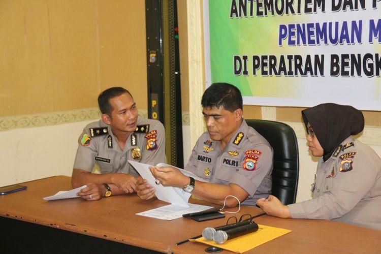 Kabid Humas Polda Riau Kombes Sunarto bersama tim DVI menyampaikan hasil identifikasi jenazah yang ditemukan di perairan Selat Malaka