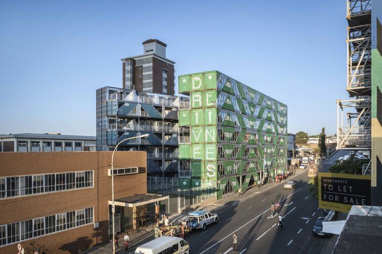 Di Afrika Selatan, tepatnya di Maboneng, terdapat gedung apartemen yang dibangun dari susunan kontainer bekas